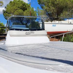 Visione del Prendisole di prua di questa barca tutto bello piano con dimensioni generose